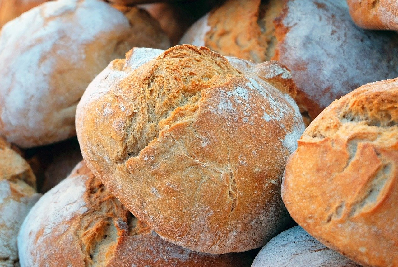 Upieczone bochenki chleba
